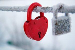 Love-Lock-like-heart-Winter-snow-wallpaper[1]