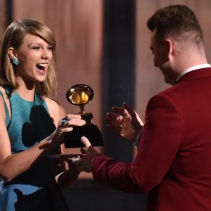taylor-swift-and-sam-smith-with-grammy-award-2015-1423445775-custom-0[1]