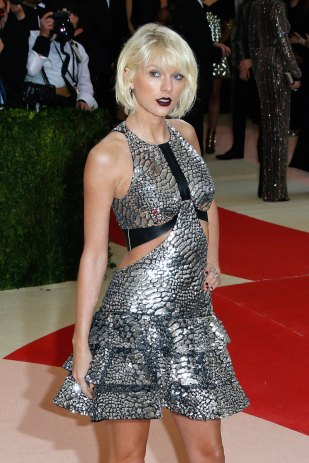 Taylor-Swift-Met-Gala-2016-Red-Carpet-Fashion-Louis-Vuitton-Tom-Lorenzo-Site-1[1]